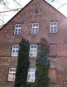 Holzfenster mit Rundbogen im Denkmalschutz
